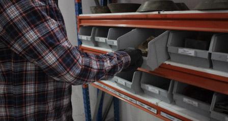 Ako správne ukladať bremená do kovových regálov